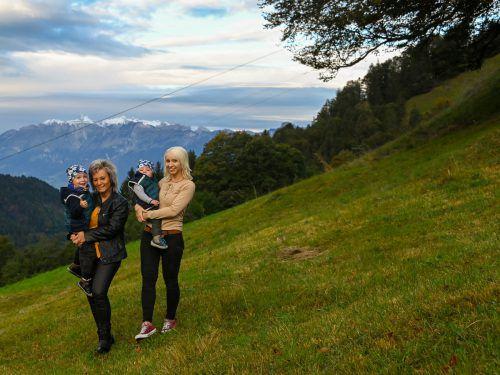 Sabrina Glintschnig-Breuss (r.) mit den Kindern Collin und Marvin genießt gemeinsam mit Oma Ramona Breuss den traumhaften Ausblick von Laterns aus. VN/Lerch