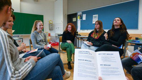 Schüler diskutieren über Parteien, Politiker, Programme und die bevorstehende Landtagswahl. VN/Lerch