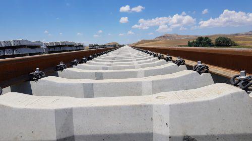 Schwellensohlen von Getzner Werkstoffe dienen beim Bahnprojekt in der Türkei dem Erschütterungsschutz und verbessern die Gleislagestabilität. Fa