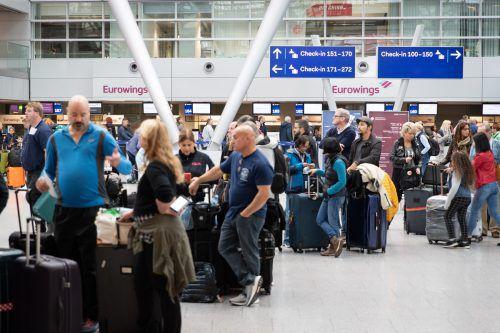 Sehr viel Geduld brauchten Eurowings-Fluggäste gestern auch in Düsseldorf. apa