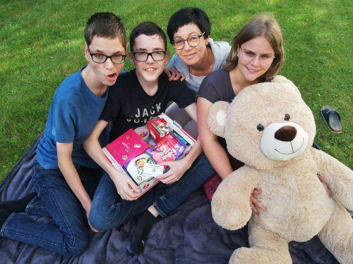 Sie halten fest zusammen: Brigitte Seeberger und ihre Kinder David, Tobias und Anna (v.l.).