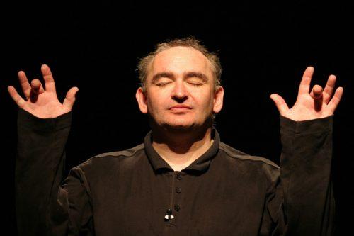 Sigi Zimmerschied lädt am Samstag zu einer kabarettistischen Reise vom Koma bis zum Amok.cth