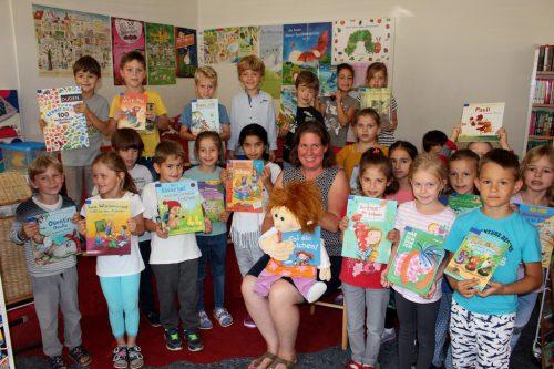 Stoffpuppe Fanny und Schulbibliothekarin Christine Swoboda begeistern die Erstklässler der Volksschule Lochau bei ihrem Büchereibesuch. bms
