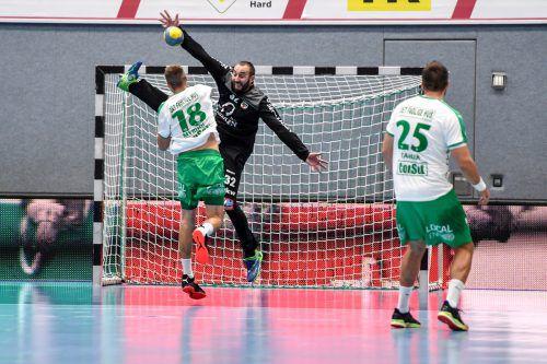 Hard-Goalie Golub Doknic legte mit zwei gehaltenen Siebenmetern in der Entscheidung den Grundstein für den Erfolg in Skjern und den Aufstieg im Europacup. gepa