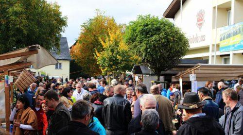 Weil der Markt vor der Haustür des Wahllokals stattfindet, muss der Veranstaltungsbeginn auf 12.15 Uhr verschoben werden. strauss
