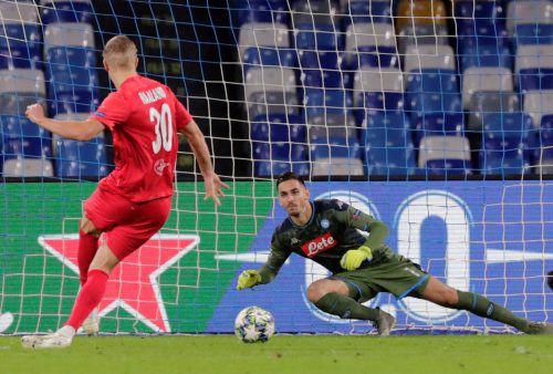 Abgebrüht beim Elfmeter: Salzburgs Erling Haaland lässt Napoli-Torhüter Alex Meret vom Elfmeterpunkt keine Abwehrmöglichkeit.Reuters