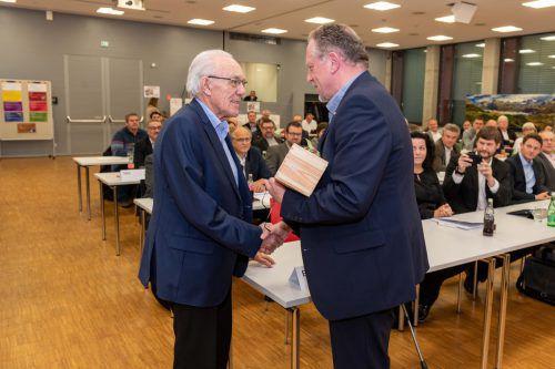 Altpräsident Bertram Jäger (l.) wurde bei Vollversammlung für seine Verdienste durch AK-Präsident Hubert Hämmerle geehrt. AK/Gorbach