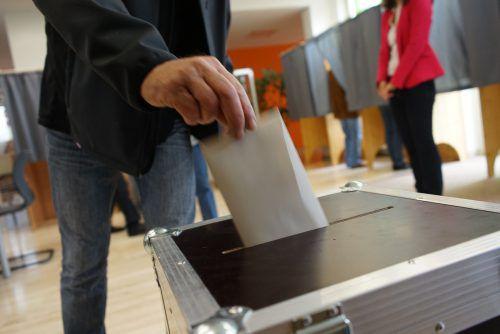 Idealerweise, so die Stadtverwaltung, füllt man den Zettel bereits zuhause aus und steckt ihn in der Wahlkabine nur noch in das Kuvert, das man im Wahllokal erhält.VN/Hartinger