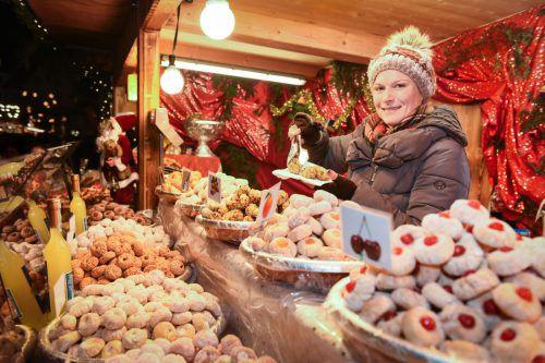 An vielen Weihnachtshütten gibt es kulinarische Köstlichkeiten zum Genießen.bregenz tourismus/udo Mittelberger