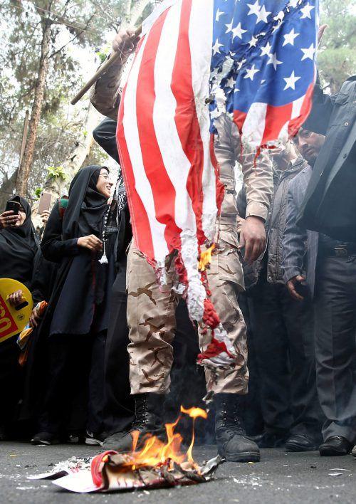 Anlässlich des 40. Jahrestages der Besetzung der US-Botschaft wurden in Teheran US-Flaggen angezündet. reuters