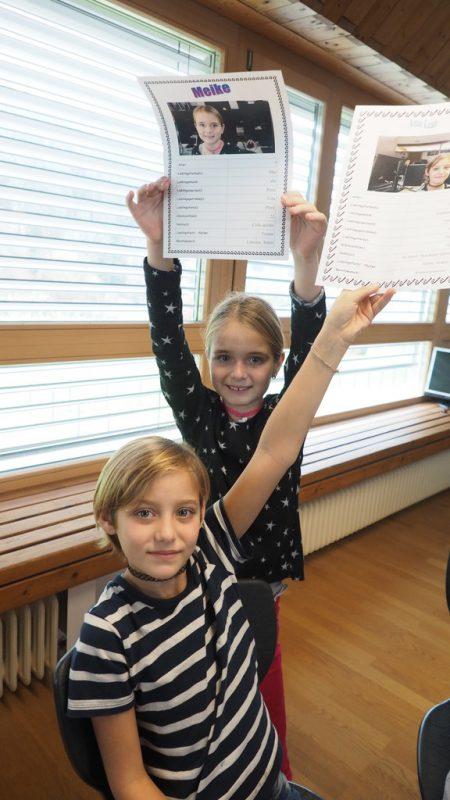Anna Leah und Meike erstellten ihre persönlichen Steckbriefe.