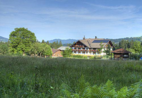 Anni und Wolfgang Schwärzler schließen das Kurhotel Rossbad in Krumbach im Naturschutzgebiet der Krumbacher Moore.