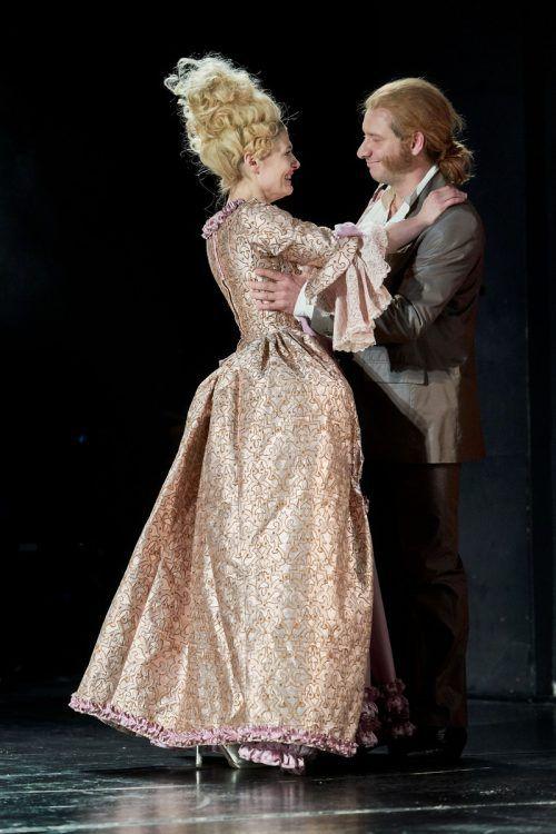 """""""Antoinette Capet"""" von Niklas Ritter wurde am Vorarlberger Landestheater in Bregenz uraufgeführt. Szene mit Ines Schiller und Felix Defèr. LT/Köhler"""