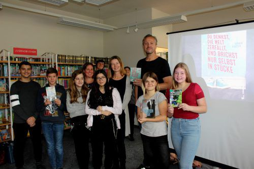 Armin Kaster, Büchereileiterin Birgit Lechner, Christine Swoboda und Schüler. bms
