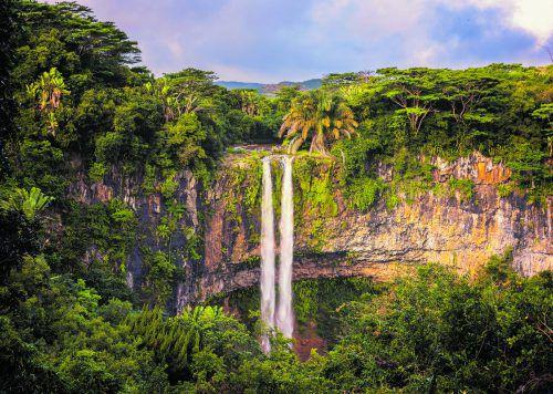 Aus 100 Metern Höhe stürzen die Chamarel Wasserfälle in der Nähe des Black River Gorges National Parks in die Tiefe. shutterstock (5)