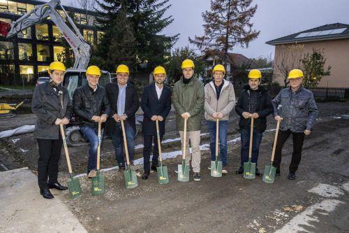 """Bauherrschaft, Architekt und die hohe Politik setzten den Spatenstich für das innovative Wohnprojekt """"Schorenhaus"""".VLK/Sams"""