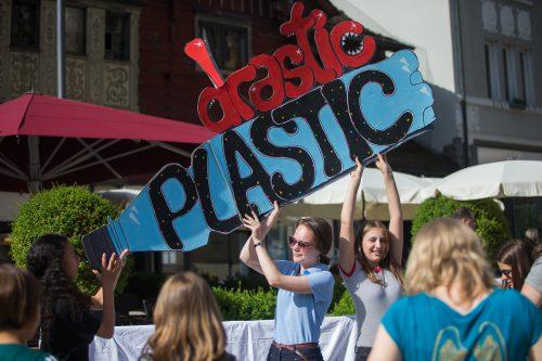 Bei der PET-Parade traten Kinder und Jugendliche gemeinsam gegen Plastik auf. Auch im Bioabfall landet laut Umweltverband noch immer zu viel davon. vn/Steurer