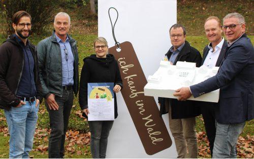 Bei der Präsentation der Aktion Einkaufen und Tee trinken stellte Bgm. Kirchmann auch das Modell des Langener Zentrumsprojekts vor. STRAUSS