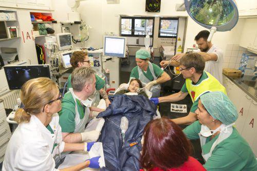 Bei der Übungsannahme wurde von 150 verletzten Personen ausgegangen, die medizinischen Einsatzkräfte hatten alle Hände voll zu tun. Krankenhaus-Betriebsges.m.b.H./D. Mathis