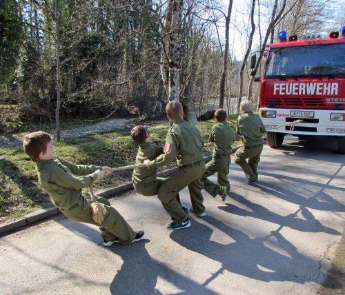 Beim Umgang mit Feuerwehrgeräten stehen bei der Jugend Spaß und Action im Vordergrund. OF Kennelbach