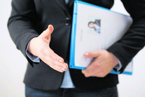 Beim Vorstellungsgespräch sollte man einen festen Händedruck haben.
