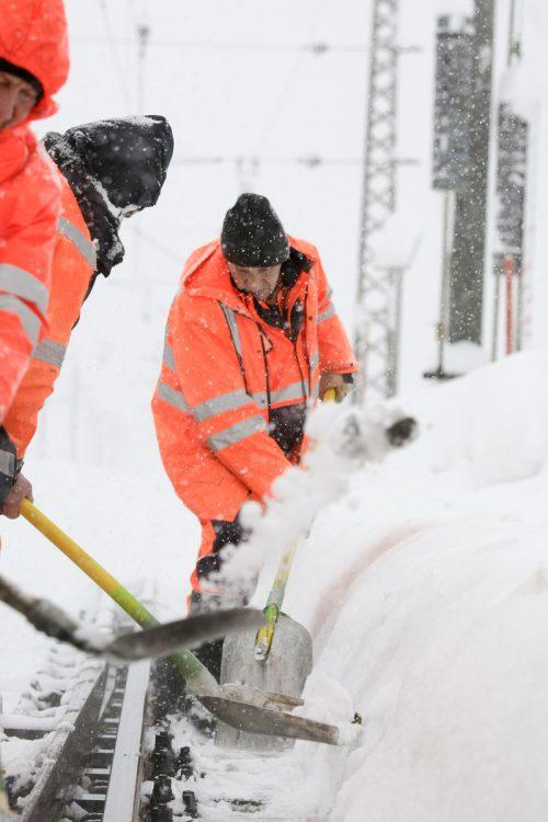 Beim Winterdienst der ÖBB ist oft noch Handarbeit angesagt. ÖBB