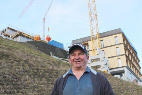 Bertram Bischof ist zuversichtlich, das Haus B so weit fertigstellen zu können, dass im Winter am Innenausbau weitergearbeitet werden kann.