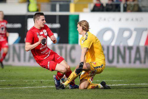 Bild mit Symbolwert: Ried-Goalie Johannes Kreidl stoppt in dieser Szene nicht nur FCD-Spieler Florian Prirsch, sondern auch die Serie der Rothosen.Gepa