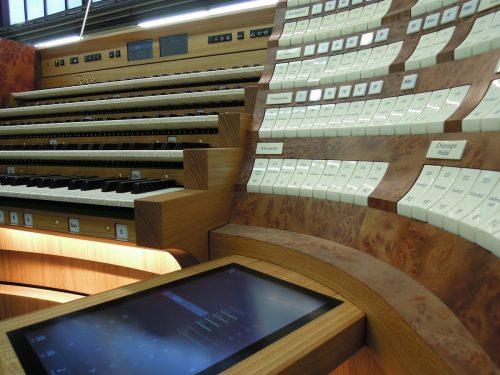 Bis zur Einweihung der Riesenorgel im Stephansdom zu Ostern 2020 bleibt der neue Spieltisch von Rieger-Orgelbau verhüllt. Rieger