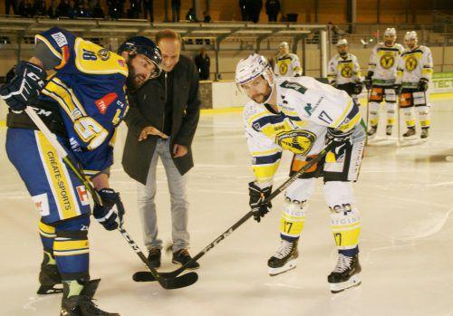 Bürgermeister Dieter Egger warf zu Spielbeginn den Puck ein und gab damit symbolisch den neuen Platz frei.