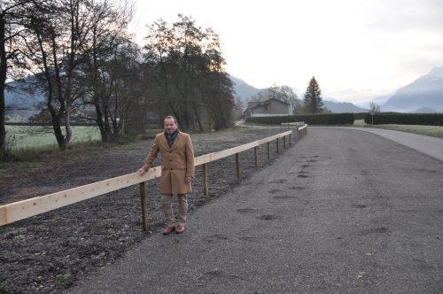 Bürgermeister Harald Witwer vor den neuen Parkplätzen. HAB
