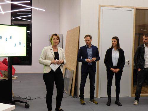 """Bürgermeisterin Andrea Kaufmann erläuterte den Besuchern das Konzept des """"Labors für Digitalisierung"""". mima"""
