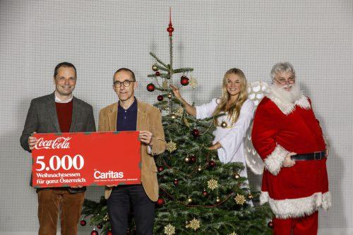 Caritasdirektor Walter Schmolly (2. v.l.) und die Coca-Cola-Weihnachtsconnection.