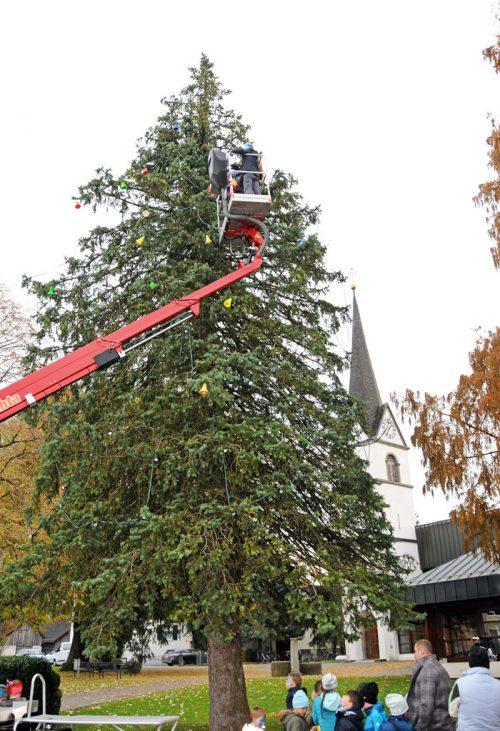 Christbaumschmücken mit Unterstützung des Steigers. ajk