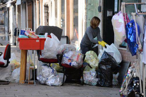 Das große Aufräumen hat begonnen. Die Inhaber verwüsteter Geschäfte in der Innenstadt begannen mit der Prüfung der Schäden. AP