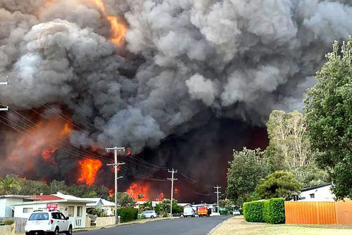 Rund hundert Buschfeuer wüten in den Staaten New South Wales und Queensland.