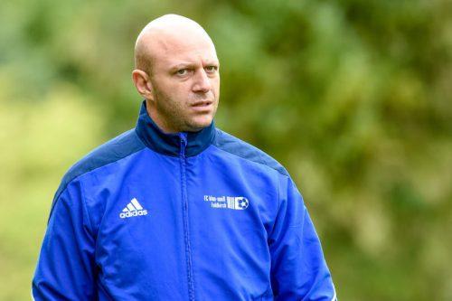 Der 39-jährige Ingo Hagspiel nimmt auf der Bank des FC Lauterach als Coach Platz.LK
