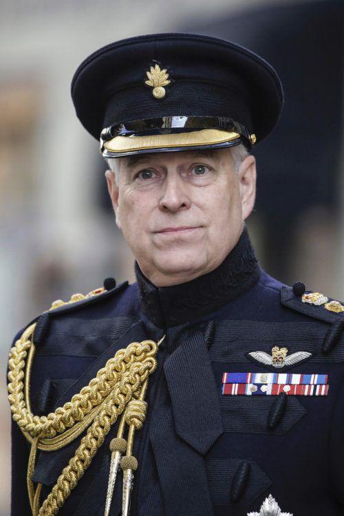 Der britische Prinz Andrew legt vorerst alle royalen Aufgaben nieder. AP