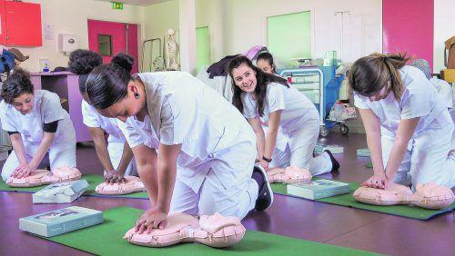 Der Dokumentarfilm zeigt alle Facetten einer Pflegeausbildung. poly