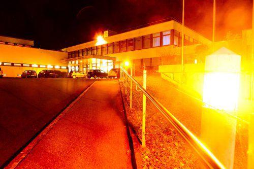 Der Eingang des LKH Rankweil ist 16 Tage lang in oranges Licht getaucht.khbg/mathis