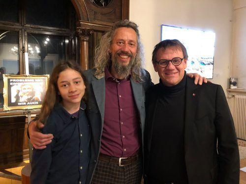 """Der """"König des Nichts"""", Marcel Dengel, mit seinem jüngsten Sohn Jeramis und Stadtrat Christoph Thoma. NIC"""