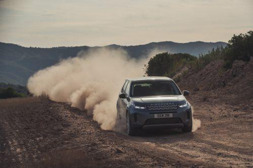 Der Land Rover Discovery Sport setzt seine Karriere auf neuer Plattform fort. Gewonnen hat er an Feinheit, vor allem in puncto Fahrverhalten und Mitgift.