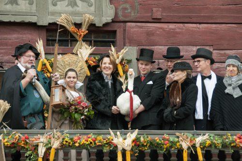 """Der Markt wird traditionell im """"alto Häß"""" auf dem Balkon am Roten Haus eröffnet.STADT"""