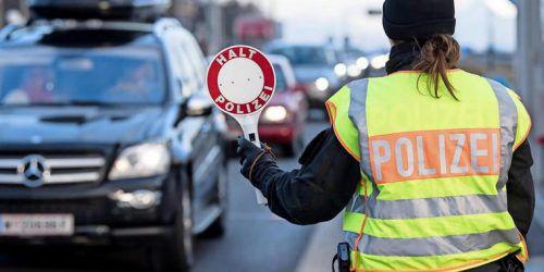 Deutsche Grenzpolizistin bei der Kontrolle. Auch am nördlichen Grenzübergang Vorarlbergs wird mit verschärften Maßnahmen zu rechnen sein. dpa
