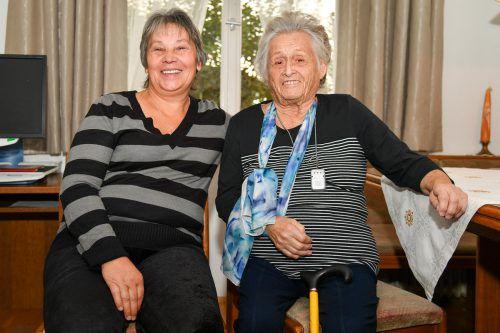 Die 90-jährige Silvia Winkler ist dankbar, dass sich Helena Omaskova, die aus der Slowakei stammt, rund um die Uhr um sie kümmert. VN/Lerch
