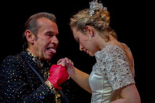 Die Braut (Stella Roberts) lässt sich auf einen Handel mit dem Teufel (Hubert Dragaschnig) ein, um ihren Bräutigam vor dem Tod zu retten.vn/Paulitsch