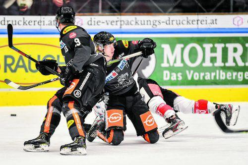 Die Dornbirner Stürmer Philipp Pöschmann und Kai Fässler halten Innsbruck-Angreifer Clemens Paulweber in Schach.gepa