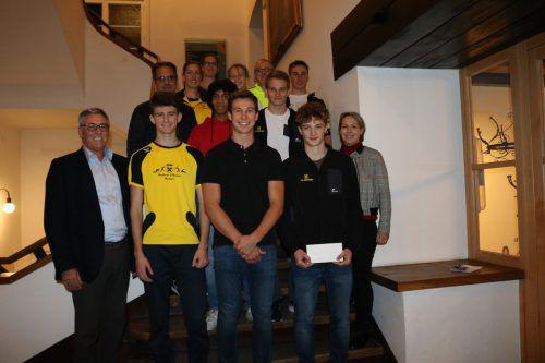 Die erfolgreichen Sportler mit dem Trainergespann Astrid Sugg (Sportliche Leitung), Wolfgang Maier (Kassier und Trainer) und Mike Sgarz beim Empfang im Rathaus.