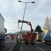 Lustenau: Lkw knickte vor Grenze Straßenlaterne um