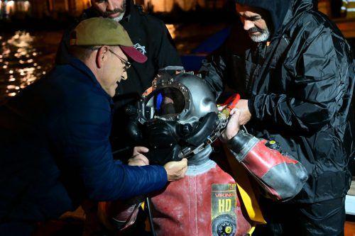 Die Gondolieri zogen am Sonntagabend den Tauchanzug an. AFP